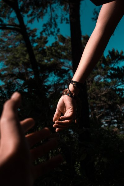 Hands Reaching by Shalom de Leon-535537-unsplash